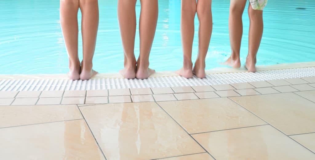 Barfuß laufen im Schwimmbad birgt eine große Ansteckungdsgefahr.