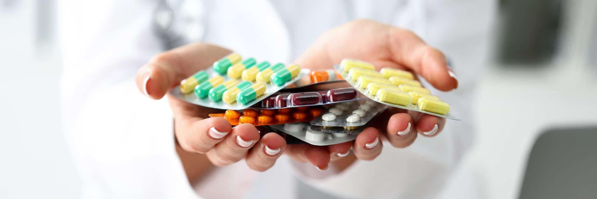 Apothekerin zeigt Tabletten