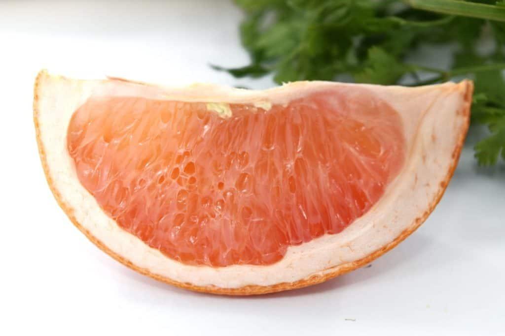 Aus der Grapefruit wird Grapefruitkernextrakt hergestellt, das kann gegen Nagelpilz helfen.
