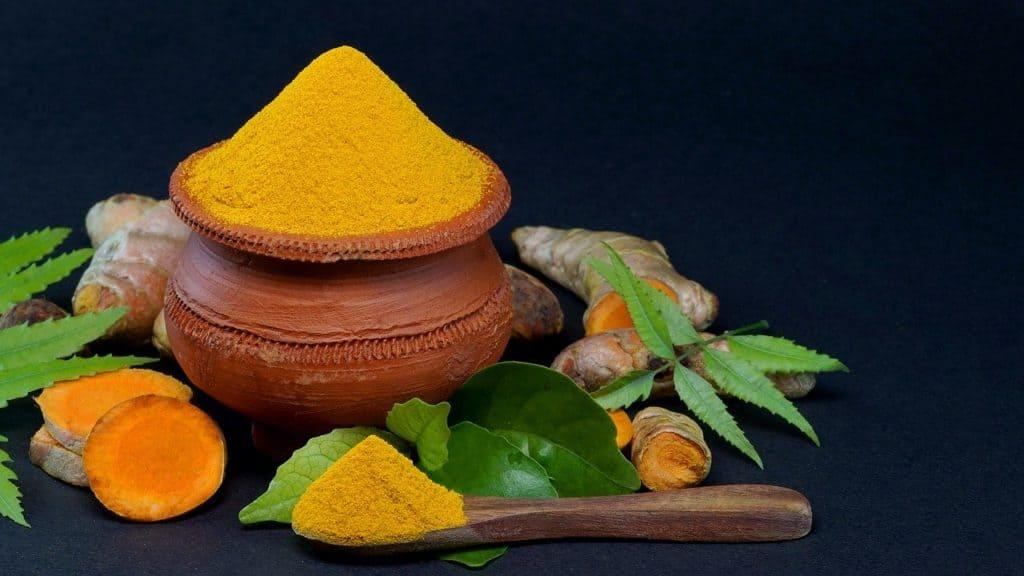 Kurkuma als Pulver wird häufig als natürliches Heilmittel eingesetzt.