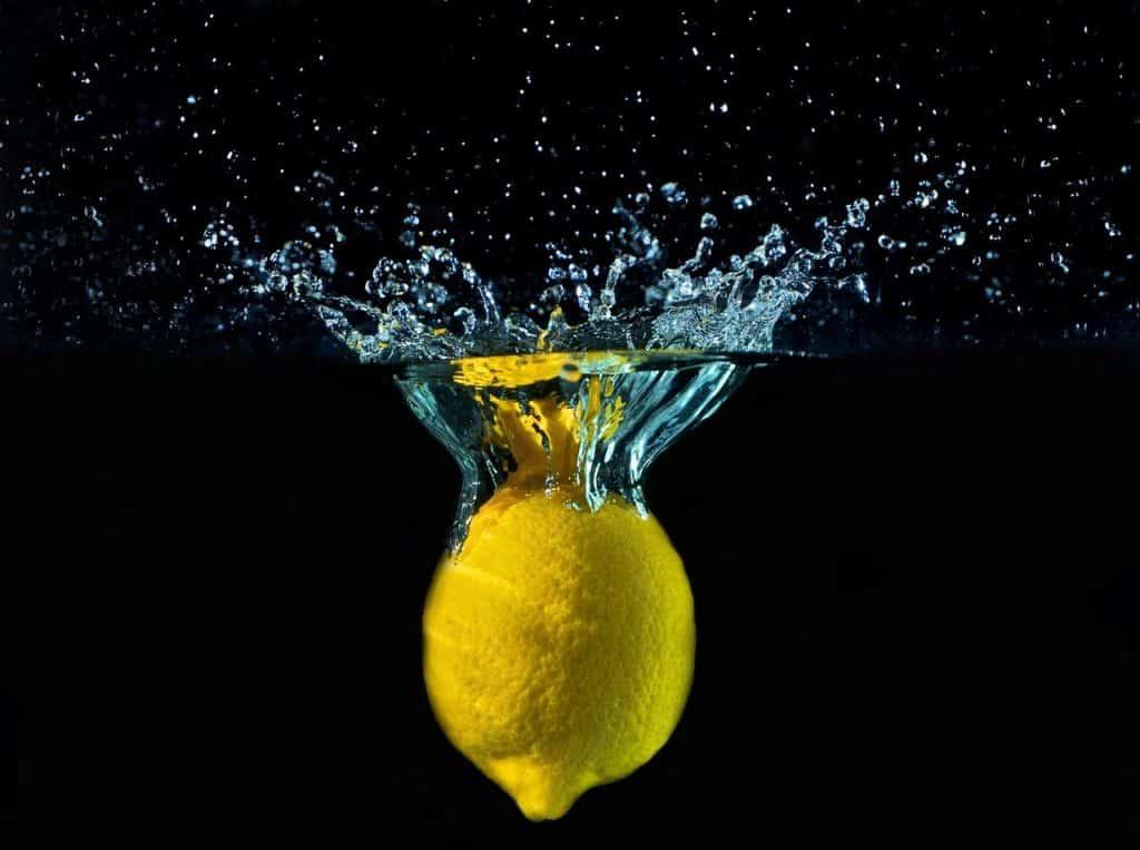 Zitrone, die ins Wasser fällt. Hilft sie, Infektionen durch Pilze am Fuß Nagel zu bekämpfen?