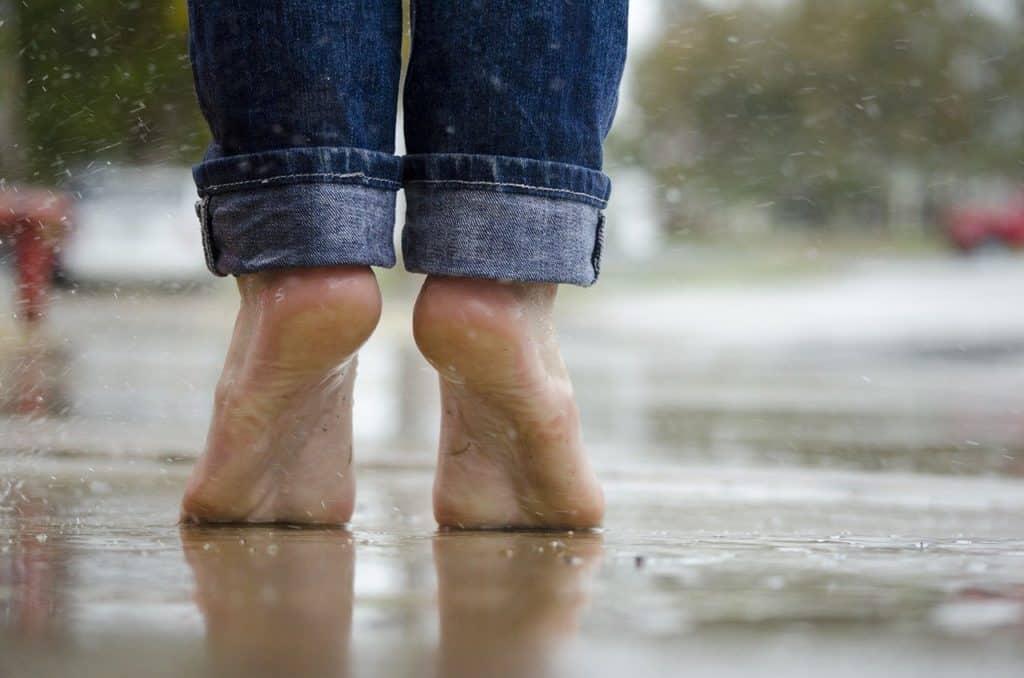 Barfuß laufen hilft gegen Fußschweiß