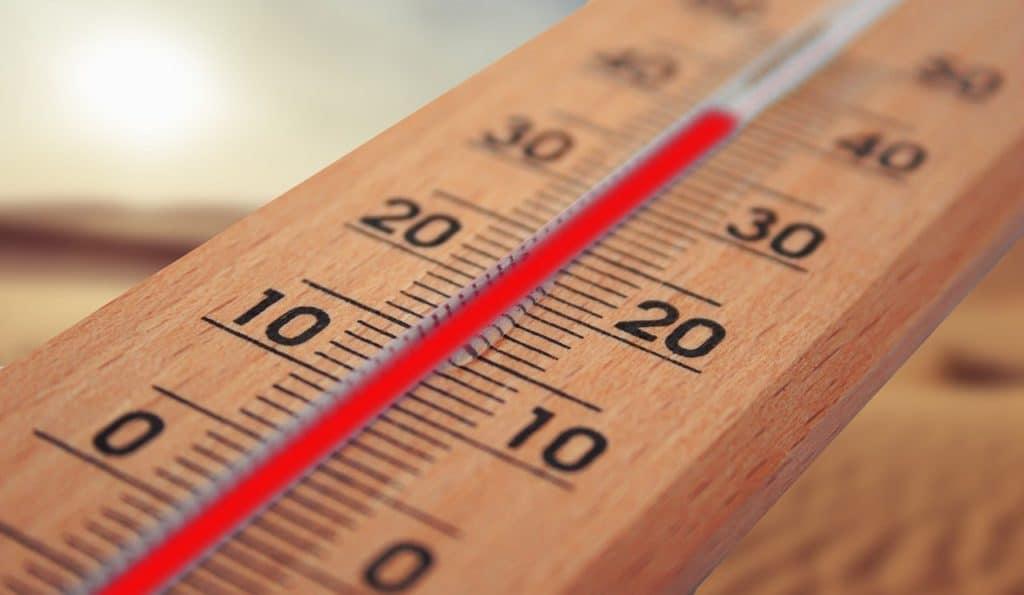 Schweiß wird durch den Körper produziert, wenn die Körpertemperatur steigt. So kann es auch zu übermäßigem Fußsschweiß kommen.