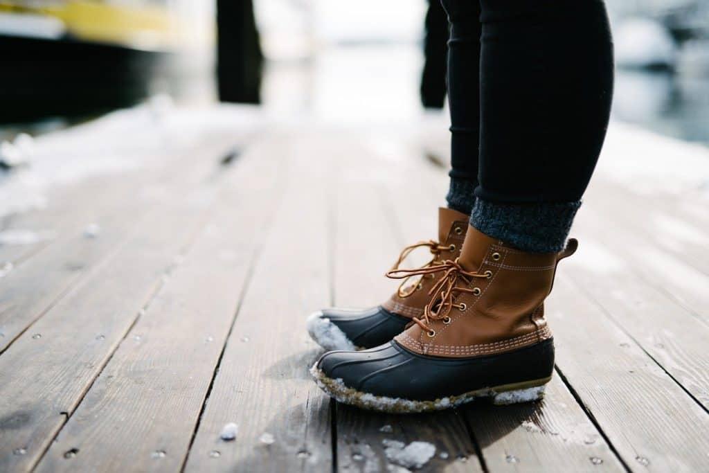 Bequeme und breite Schuhe helfen, damit kein blauer Zehnagel entsteht.