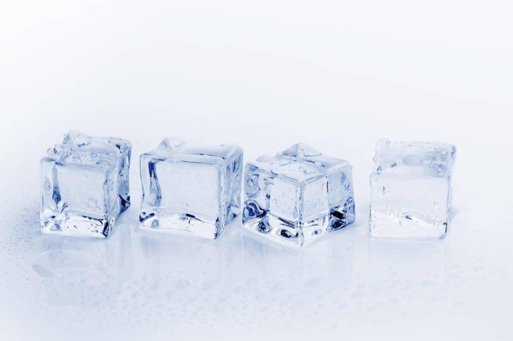 Vier Eiswürfel, die sinnbildlich für das Vereisen von Warzengewebe stehen.