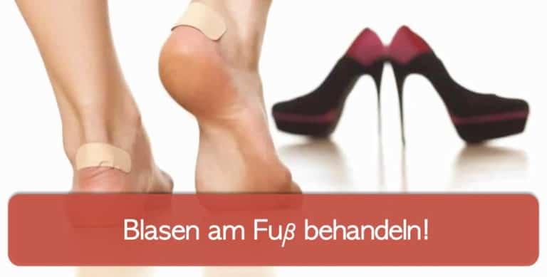Frau mit High heels und Blasen am Fuß, hinten an der Ferse abgeklebt mit Blasenpflaster
