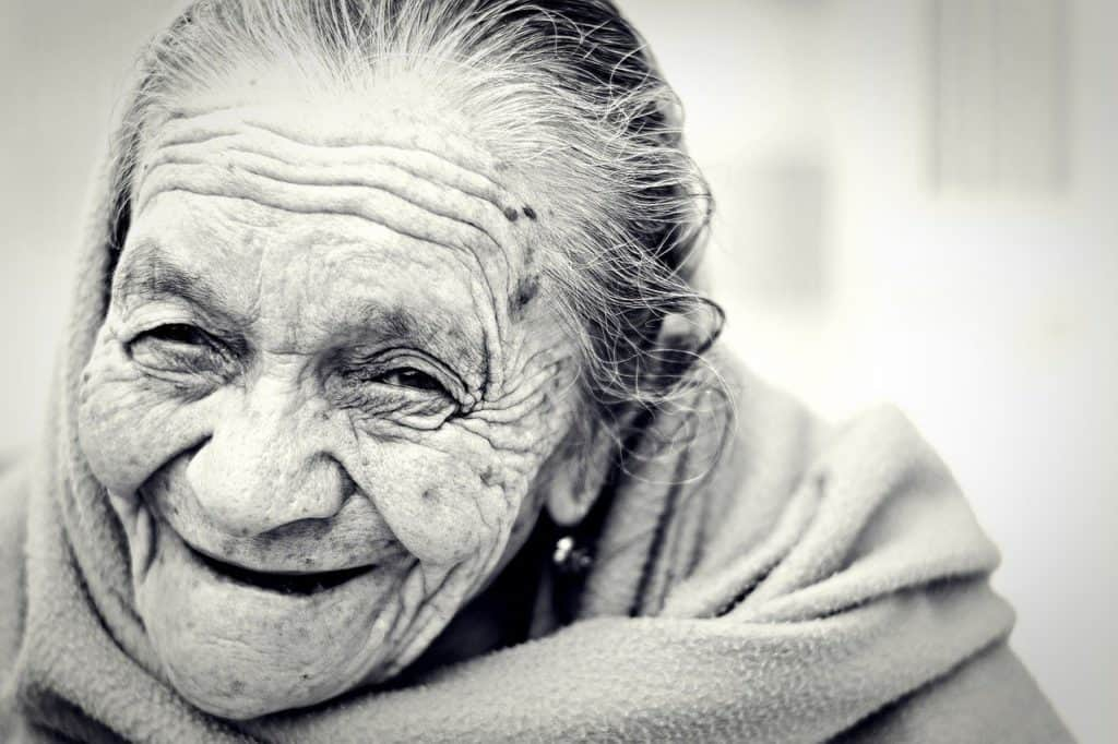 Ältere Damen lacht freundlich