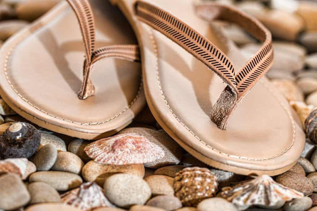 Atmungsaktive Schuhe und Badeschuhe an öffentlichen Orten schützen vor Fußpilz und Nagelpilz