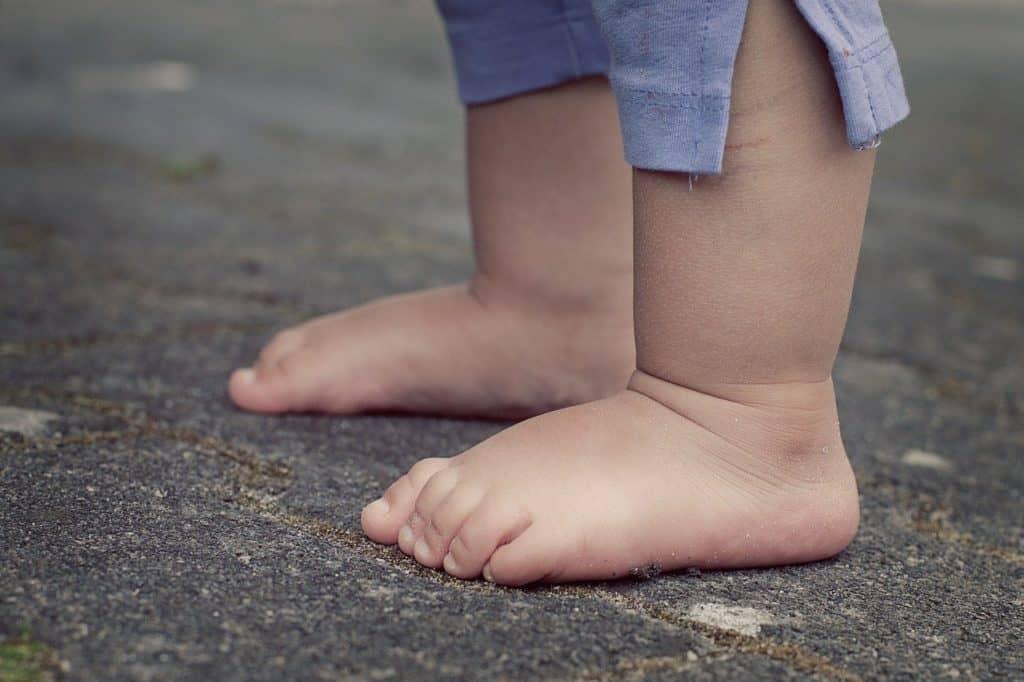 Zwei Füße eines Kindes, diese können auch von Fußpilz betroffen sein.