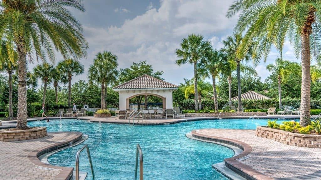 Großer Badebereich an einem Pool, dort besteht besonders hohe Ansteckungsgefahr für Fusspilz.