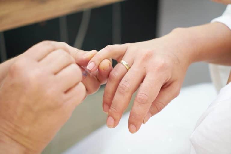 Maniküre im Fall von trockener Nagelhaut