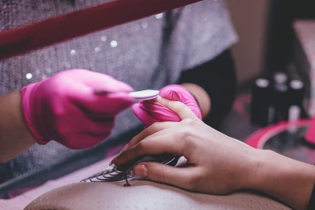 Gelnägel Modellage Frau. Gelnägel erhöhen das Nagelpilzrisiko!