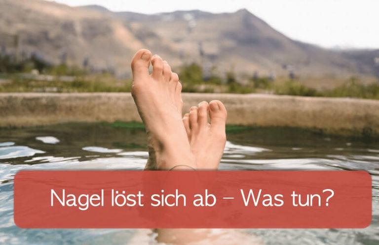 Nagel löst sich vom Nagelbett ab. Was kann man tun? Füße werden aus einem Pool in die Luft gestreckt.