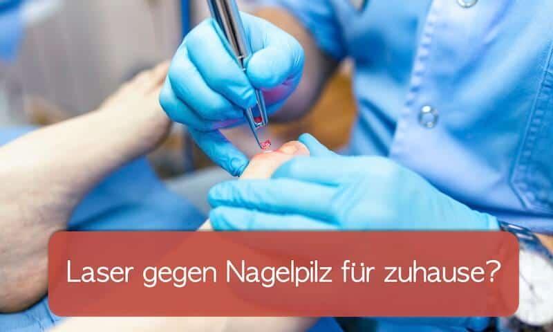 Arzt behandelt den Zehen eines Patienten mit einem Laser