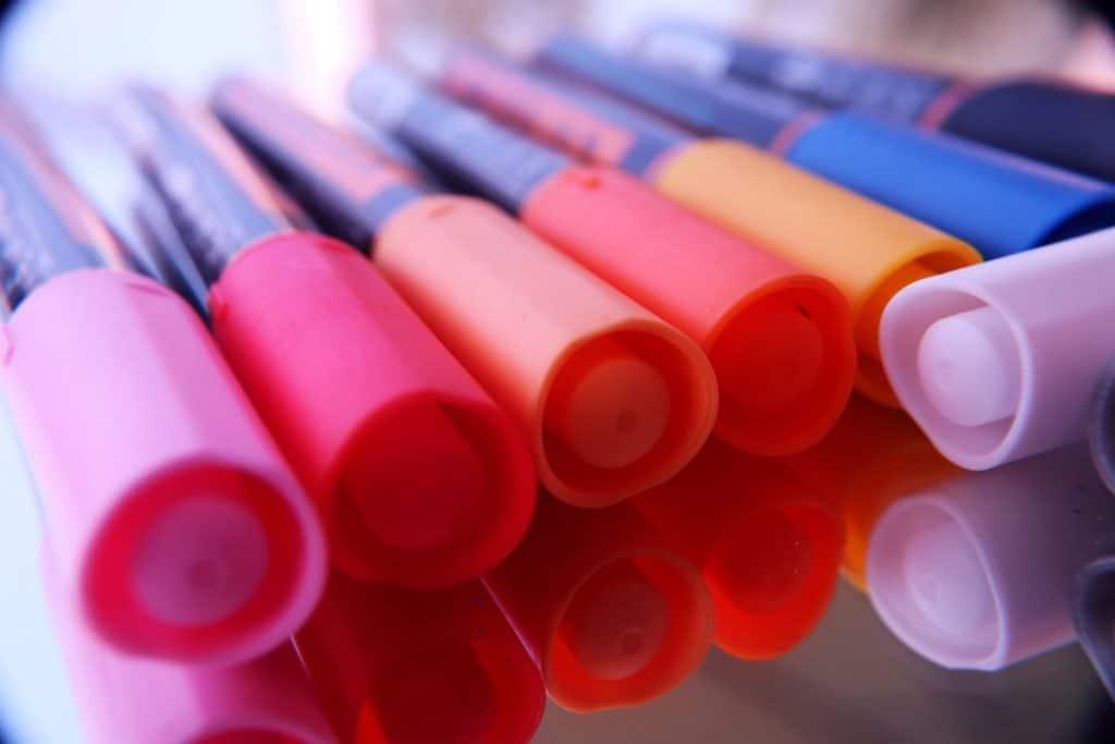 Filzstifte in verschiedenen Farben als Symbol für Warzenstife.