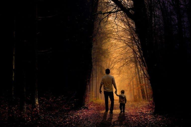 Vater und Kind Hand in Hand im Wald, als Zeichen für die Suggestion einer Warze