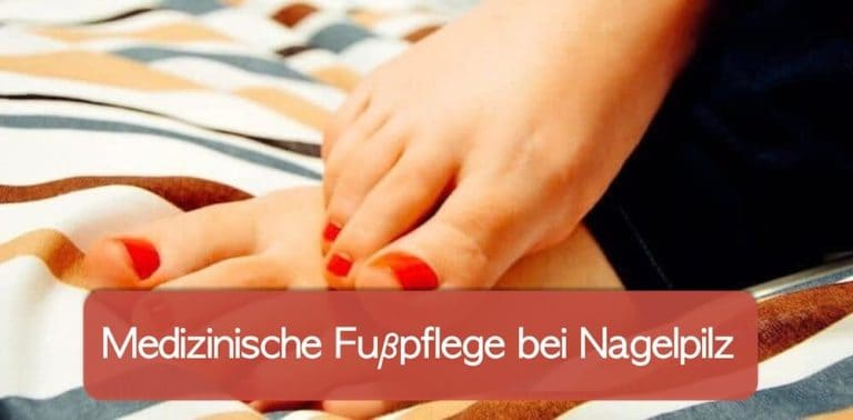 Medizinische Fußpflege Nagelpilz: Podologe hilfreich? Füße mit rotem Nagellack