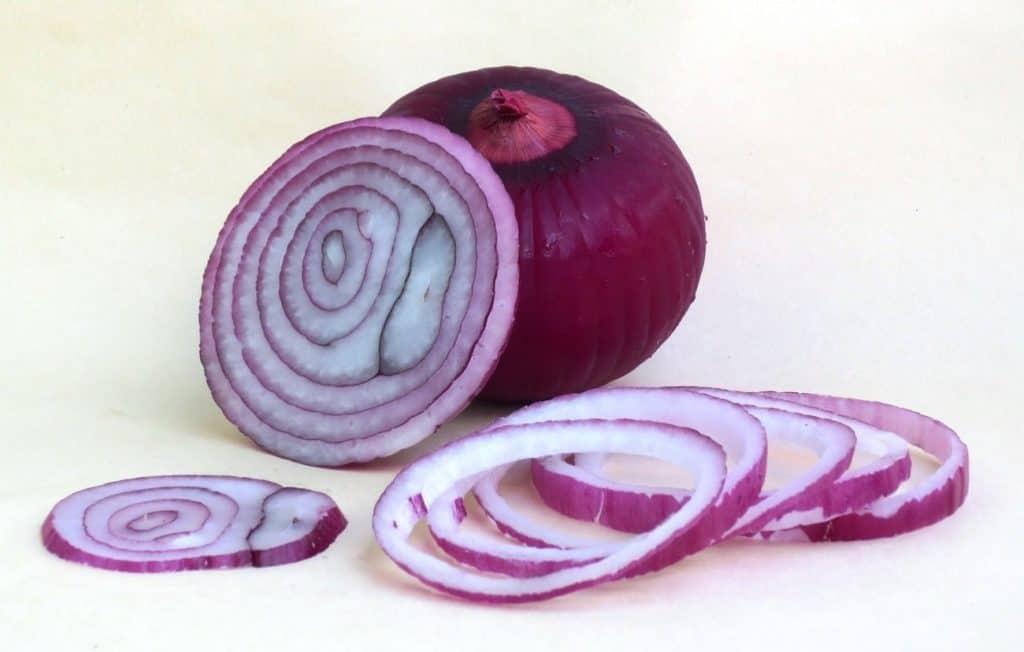 Eine angeschnittene Zwiebel als Symbol für die Behandlung von Hautwucherungen