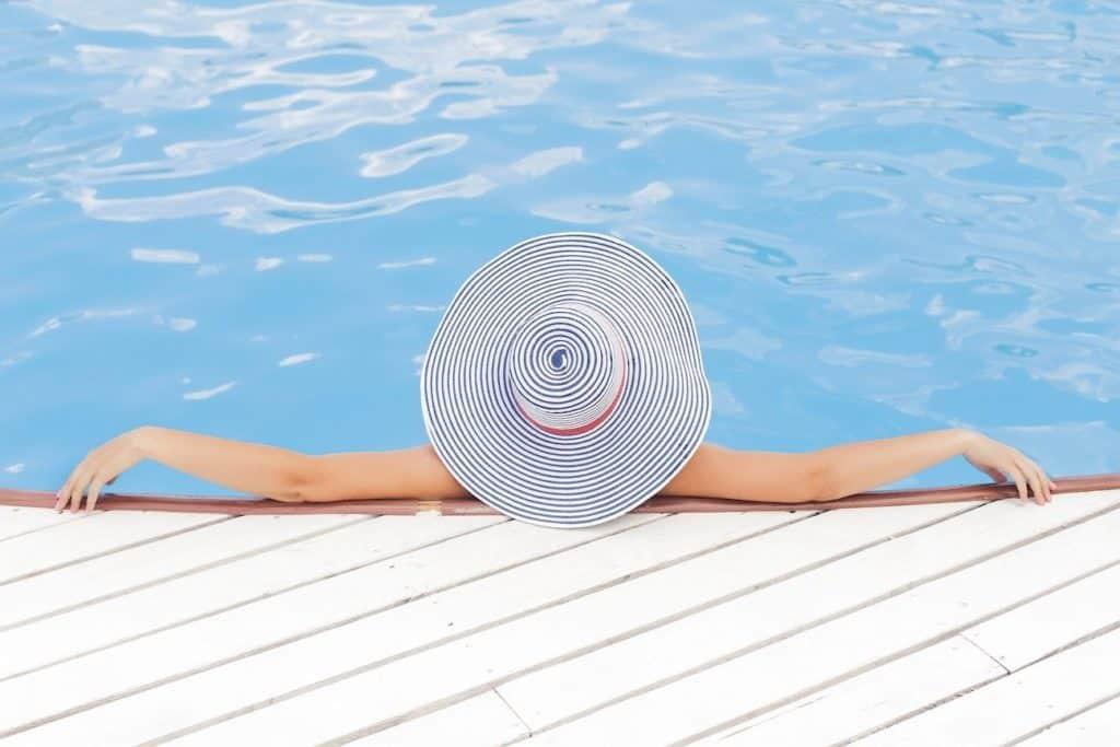 Frau im Schwimmbecken eines Schwimmbads