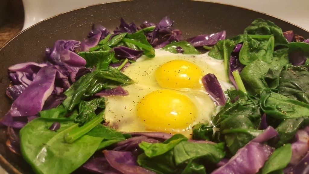Gericht in der Pfanne mit Spinat,Eiern und Kohl