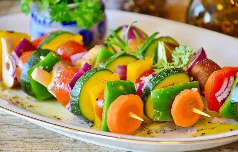 Gemüsespieße mit paprika, zucchini, champignon, karotte als Zeichen für Gesundheit