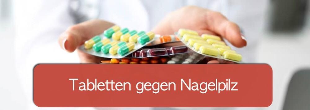Tabletten gegen Nagelpilz in der Hand einer Apothekerin
