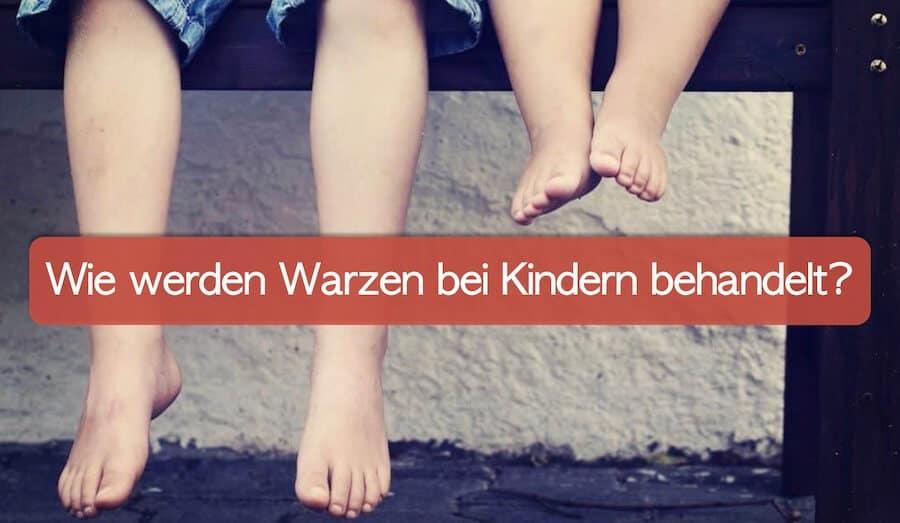 Kinderfüße, zwei Kinder sitzen auf einer Bank, und man sieht nur die Beine und Füße.