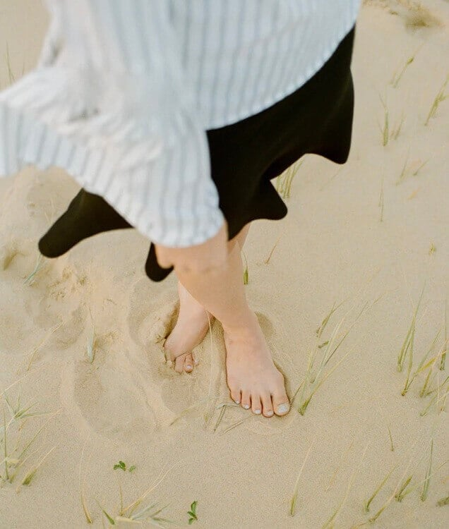 Frau barfuß im Sand