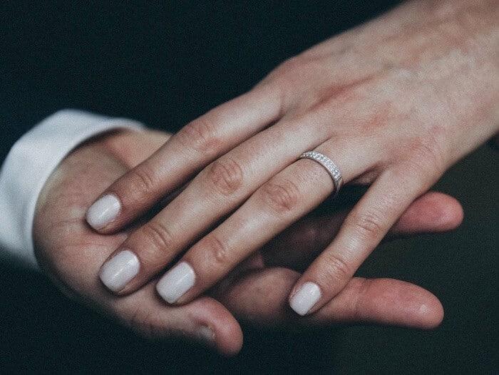 Fingernägel Wachstum beschleunigen, Nägel der Finger mit hellem Nagellack