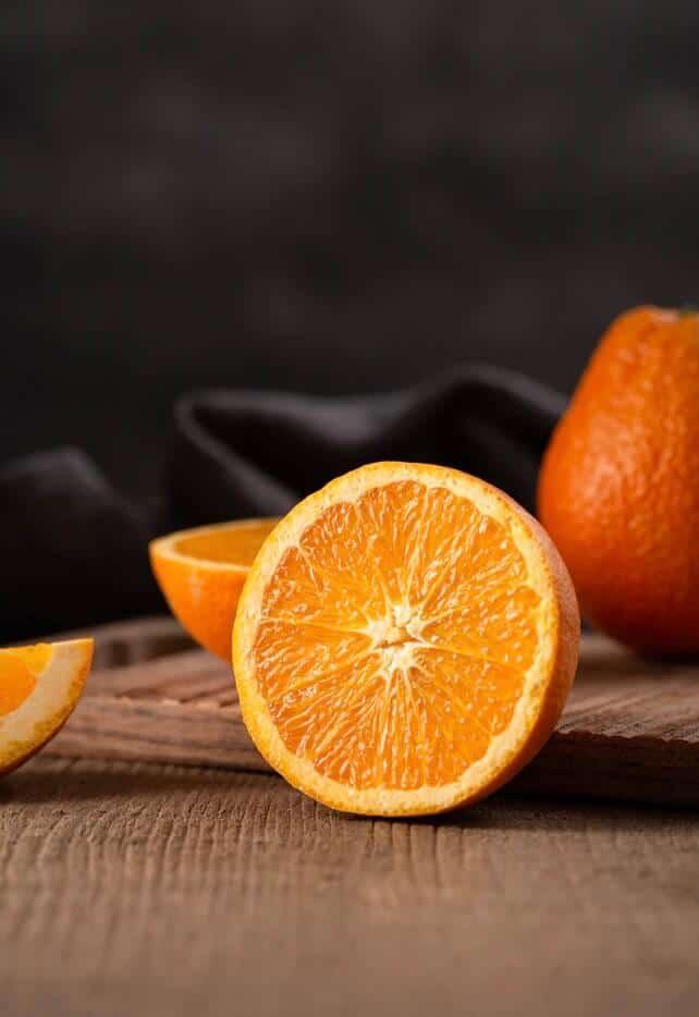 Orange aufgeschnitten auf dem Tisch