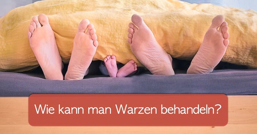 Wie kann man Warzen entfernen? Füße von Mutter, Vater und Kind im Bett, die aus der Decke rausschauen